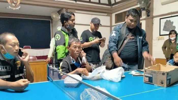 Antar Penumpangnya dengan Jarak 230 Km, Driver Ojol 59 Tahun Cuma Ditinggal Sandal dan Tak Dibayar