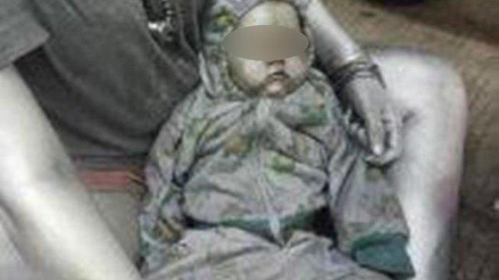 Viral Bayi Dicat jadi 'Manusia Silver', Tidur Pulas di Pangkuan Wanita, Satpol PP Turun Tangan