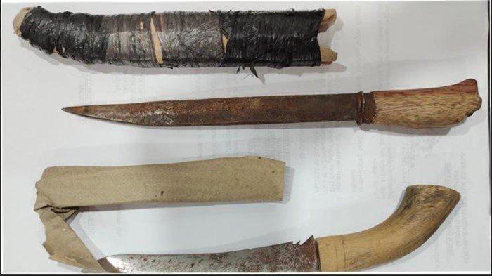 Barang bukti senjata tajam berupa golok yang dipakai tersangka Irawan (26) seorang petani warga Desa Kerta Mulya, Kecamatan Madang Suku I, Kabupaten OKU Timur untuk membunuh korbannya.