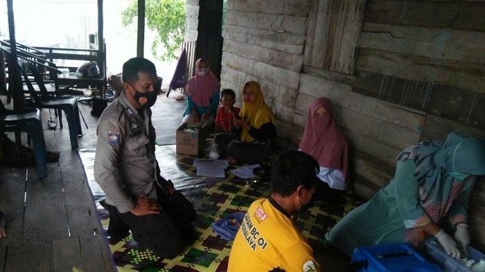 Bhabinkamtibmas Sungai Rambutan dan Nakes Jemput Bola Untuk Vaksin Covid-19