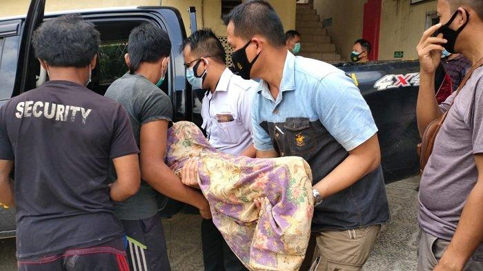 Armi dan Suami Memangku Jenazah Anaknya di Mobil Patroli Polisi, Tak Punya Uang Sewa Mobil Jenazah