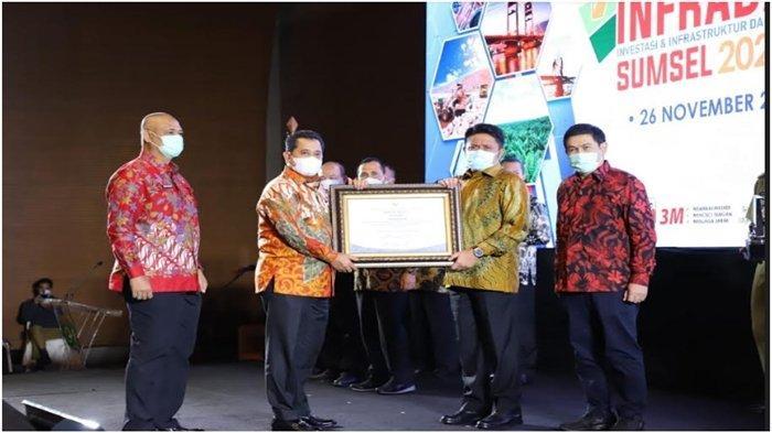 Bupati Banyuasin Askolani Menerima Penghargaan Investment Award Terbaik III