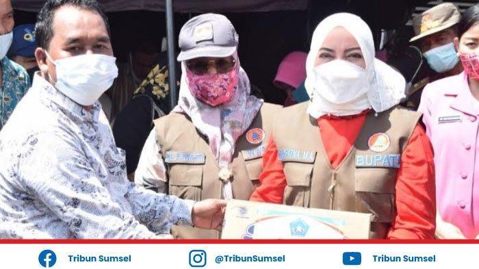 Bupati Musi Rawas (Mura) Hj Ratna Machmud dan Wakil Bupati Salurkan Bantuan Banjir ke Desa Pasenan