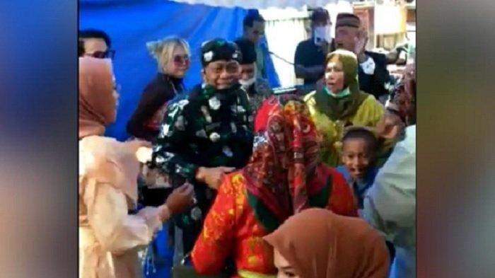 Tangkapan layar video viral Bupati Donggala berjoget dan bernyanyi bersama masyarakat saat pandemi.
