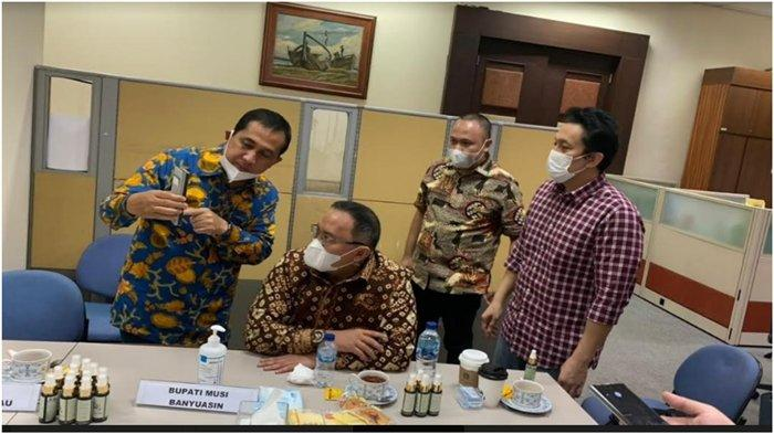 Pertemuan Wali Kota Lubuklinggau, Sumatera Selatan Prana Putra Sohe dan Bupati Musi Banyuasin (Muba) Dodi Reza Alex Noerdin. Mereka bertemu di Kantor Staf Khusus (Stafsus) Presiden Diaz Hendropriyono beberapa waktu lalu.