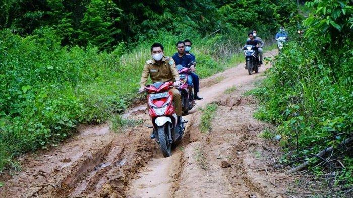 Tinjau Jalan Rusak di Rambang Kuang, Bupati Panca Kendarai Motor Matic Tembus Medan Berat