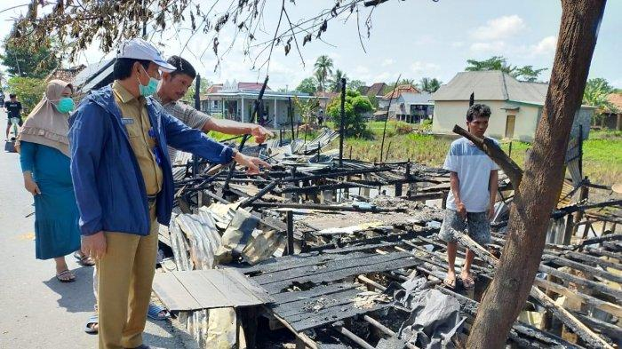 H Iskandar SE Bangun Kembali Rumah Warga Terbakar di Desa Terusan Laut