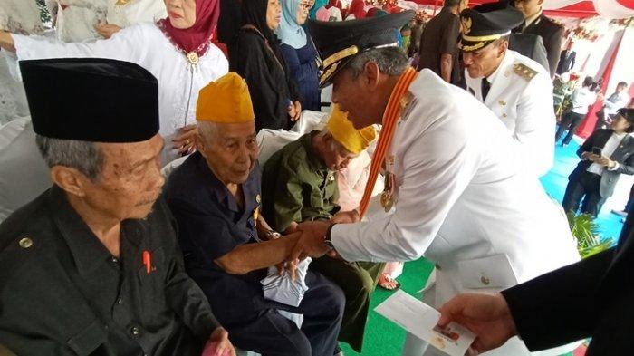 Peringati HUT RI ke 74, Bupati OKI Iskandar Santuni Para Veteran Perang