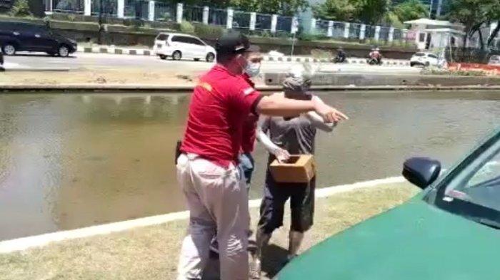 Cerita Agus Dartono (61) yang mengemis menjadi manusia silver dan terjaring razia di Semarang mendapat perhatian kepolisian.