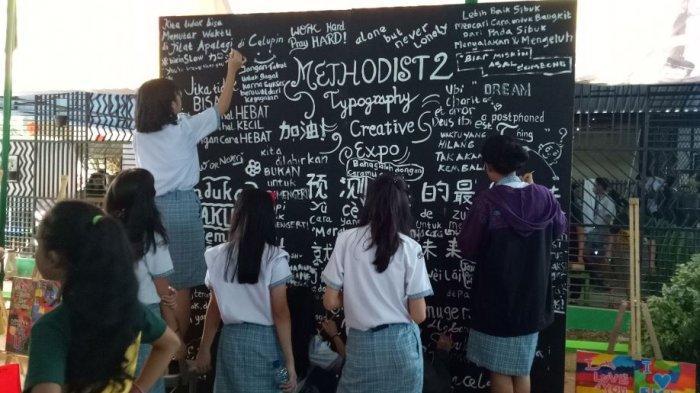 Creative Expo Methodist 2 Palembang, Siswa Ingatkan Bahaya Makan Mi Instan Sampai Jual Donat