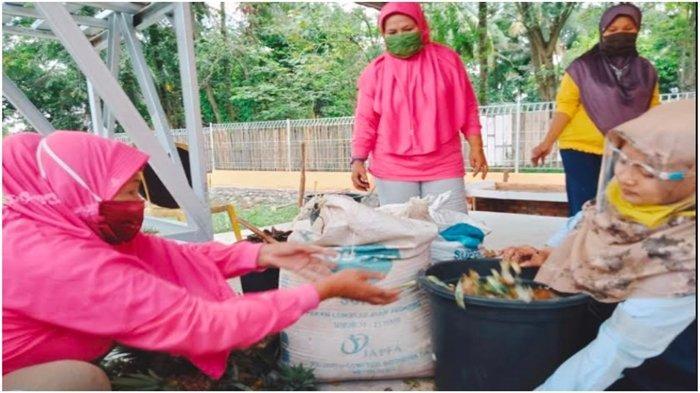 CSR PTBA Latih 11 Ibu Rumah Tangga Membuat Pupuk Kompos dari Sampah