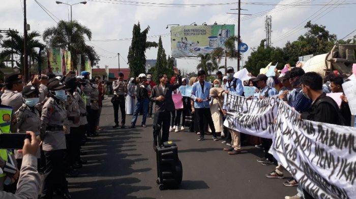 Hari Pertama Ngantor, Anggota DPRD dan Kapolres Prabumulih Dapat Hadiah Demo Mahasiswa