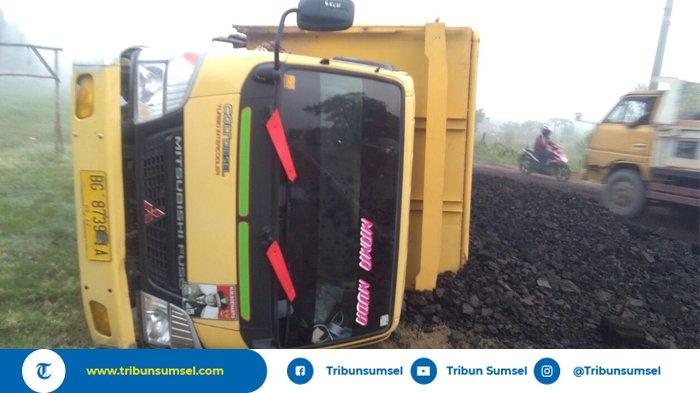 Diduga Sopir Mengantuk, Truk Oleng Puluhan Ton Batubara Berhamburan di Jalan