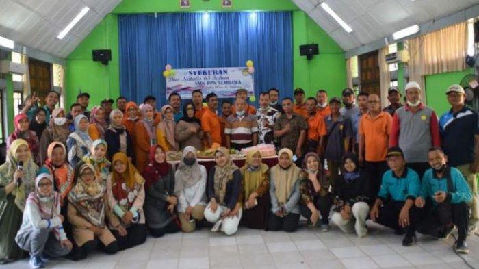 Seluruh pimpinan dan pegawai SMK PP Negeri Sembawa melaksana acara syukuran sederhana dengan memotong tumpeng dan acara kebersamaan seluruh pegawai