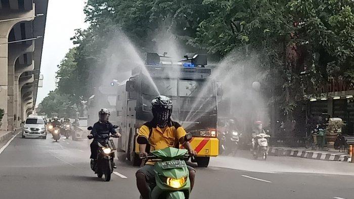 Cegah Corona, Water Canon Semprot Disinfektan Jalan Protokol di Kota Palembang