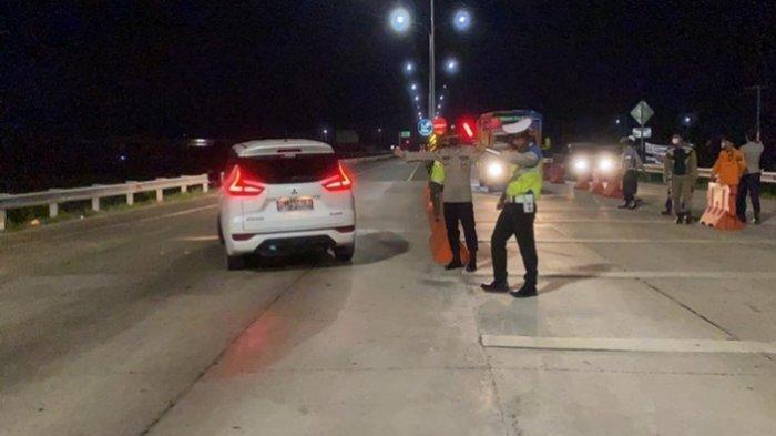 Sejumlah Kendaraan Non Mudik Dipaksa Putar Balik di Gerbang Tol Kramasan Saat Malam Hari