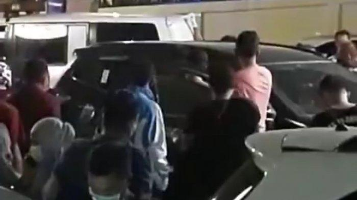 BREAKING NEWS, Geger Seorang Pria Ditemukan Meninggal Dalam Mobil Parkiran Minimarket di Palembang