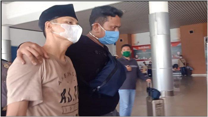 BANDAR NARKOBA - Oknum anggota DPRD Palembang yang jadi bandar narkoba diapit petugas saat akan diberangkatkan ke Jakarta melalui  Bandara Sultan Mahmud Badaruddin (SMB) II, Kamis (24/9/2020).