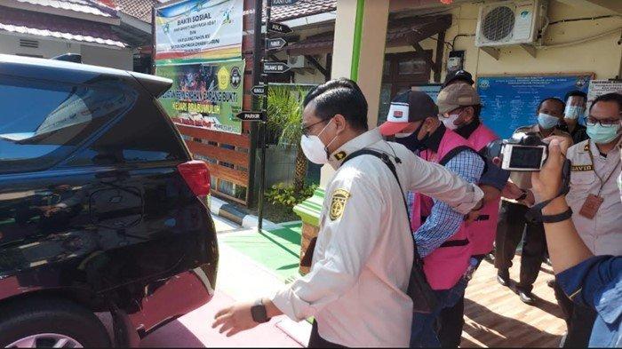Kenakan Rompi Tahanan Oranye, Dua Tersangka Dugaan Korupsi KMKK Dibawa ke Palembang
