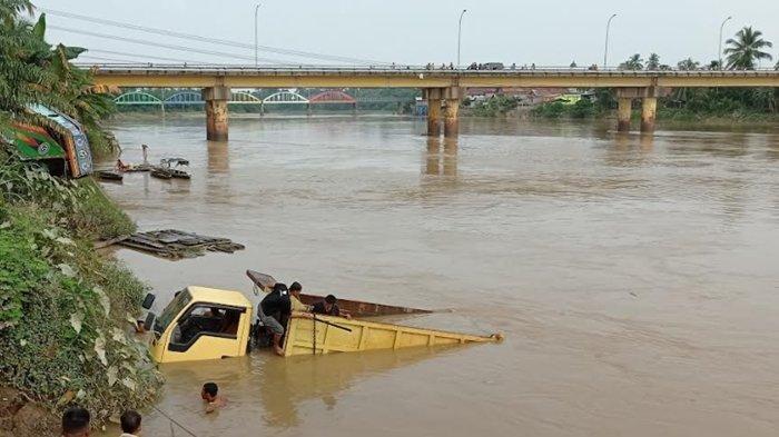 Dump Truk Terjun ke Sungai Rawas Muratara Usai Lupa Ganjal Ban Saat Mengecek Oli