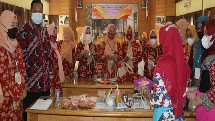 Dharma Wanita Persatuan Banyuasin Gelar Pelatihan Pembuatan Abon Udang
