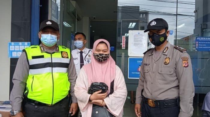 Elsa Amelia (tengah) didampingi personel Polsek Garut Kota saat mengambil uang donasi untuk Mang Eman, Jumat (30/7/2021).