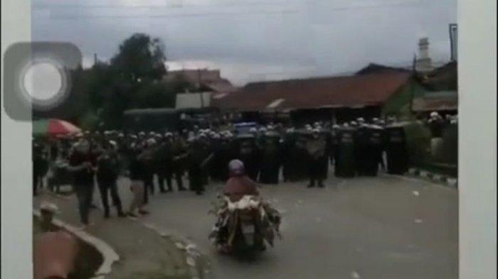 Demo Memanas, Muncul Emak-emak Naik Motor Bawa Bebek Terobos Barikade, Polisi : Mana Bisa Kita Tahan