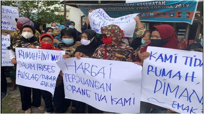 Emak-emak Warga Asrama TNI Pintu Besi Demo, Tolak Rumah Dikosongkan, Tunggu Proses Hukum Inkrah