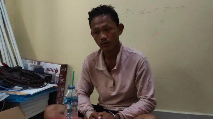 Erik Ustrada (25 tahun) warga Dusun 1 Desa Tanjung Gelang Kecamatan Prabumulih Barat Kota Prabumulih langsung menyerahkan diri ke petugas kepolisian setelah membunuh paman sendiri, Minggu (6/12/2020).