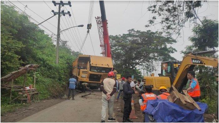 Truk Batubara Terperosok Masuk Siring di Jalinsum Muara Enim, Lalin Dialihkan ke Jalan Lingkar Kota