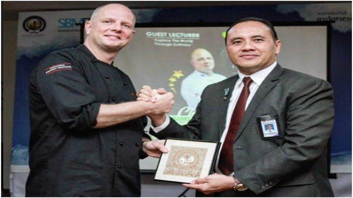 Direktur Poltekpar Palembang Berikan Penghargaan ke Executive Chef IMI