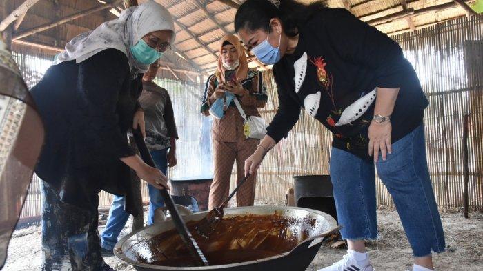 Feby Deru Tinjau Proses Pembuatan Gula Aren Wak Uban