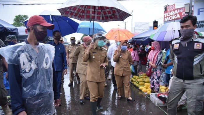 Kunjungi Pasar Lemabang, Fitri Tekankan Pedagang untuk Tetap Berjarak