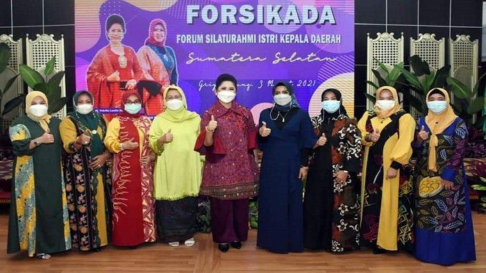 Ketua TP PKK Kota Lubuklinggau yang juga Ketua Forum Silaturrahim Istri Kepala Daerah (Forsikada) Sumsel, Hj Yetti Oktarina Pranamenghadiri pertemuan keempat di Griya Agung Palembang