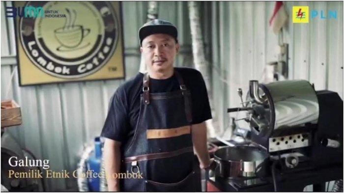 Galung, pemilik Etnic Coffee Lombok, salah satu pelaku UMKM yang memanfaatkan program Super Merdeka dengan menambah daya listrik dari 3.300 VA ke 5.500 VA.