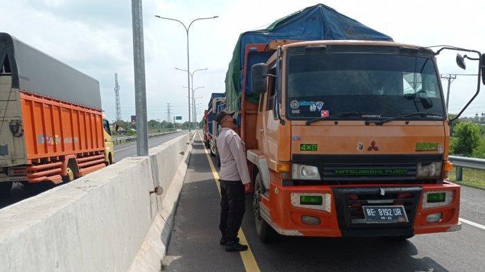 Pengemudi Truk Tak Bawa Surat Vaksin Diminta Putar Balik di Gerbang Tol Kramasan
