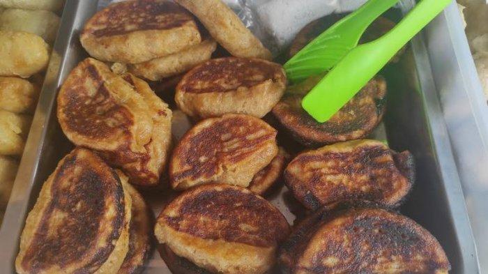 Kabupaten Empat Lawang mempunyai makanan atau camilan khas yang disebut kue Gonjeng.