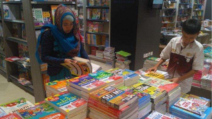 Warga Palembang Mulai Membeli Buku Persiapan Un Dan Usbn Di Gramedia World Ini Daftar Harganya Tribun Sumsel