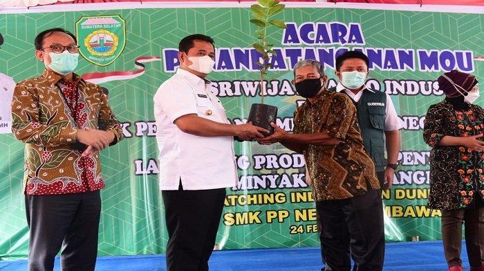 Gubernur Sumatera Selatan H.Herman Deru didampingi Bupati Banyuasin mennghadiri acara  Penandatanganan MOU antara PT. Sriwijaya Argo Industri dengan SMK Pertanian Pembangunan Negeri Sembawa Kabupaten Banyuasin