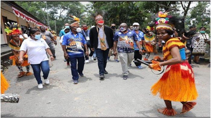 Di Papua Ganjar Makan Papeda Bareng Awak Radio Lokal Jayapura