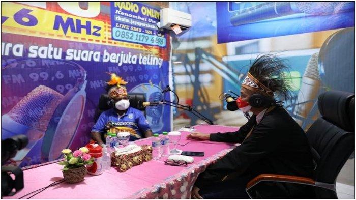 Gubernur Jawa Tengah, Ganjar Pranowo datang di sela-sela kunjungan kerja menyambut PON XX menyempatkan ke Lembaga Penyiaran Publik Lokal (LPPL) Radio Kenambai Umbai Kabupaten Jayapura.