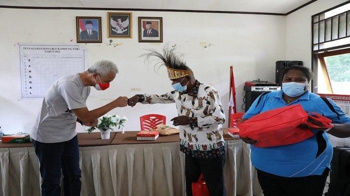 Warga Kampung Yoka di Papua Senang Saat Didatangi Ganjar - gubernur-jawa-tengah-ganjar-pranowo-mengunjungi-distrik-heram-jayapura.jpg
