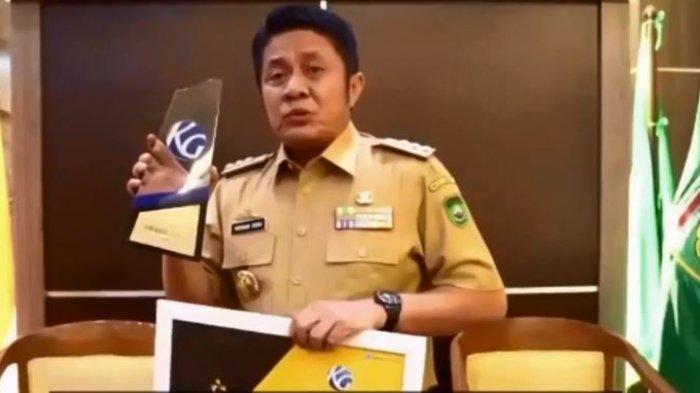 Gubenur Sumsel Herman Deru meraih Kompas Gramedia Award dengan kategori Inovatif Dalam Pembangunan Infratsruktur dan Lumbung Pertanian Sumatera Selatan