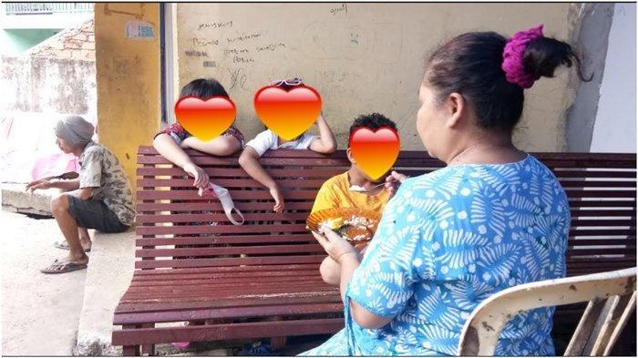 Hamidah, ibu kandung Yuliana memberi makan dua cucunya anak dari Yuliana MS di Jalan Kol Wahid Hasyim lorong abadi, Kelurahan 3-4 ulu, Senin (11/1/2021). Yuliana ditemukan tewas dibunuh di Hotel Rio, Selasa (5/1/2021) malam.