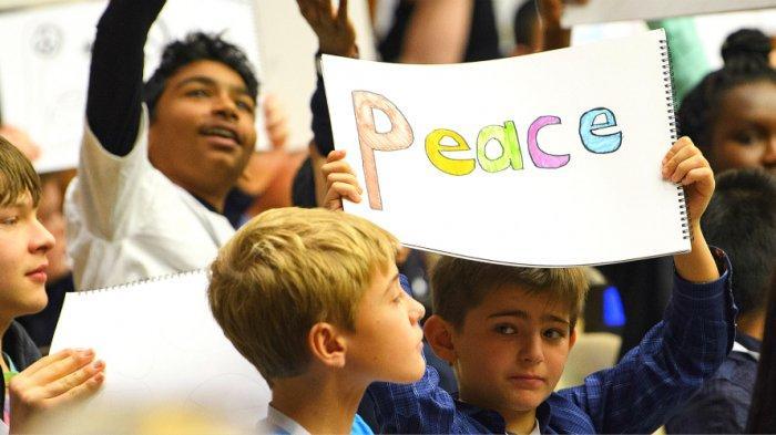 Sejarah 20 November Diperingati Hari Anak Sedunia, Tema 2018 Anak-anak Pakai Aksesori Serba Biru