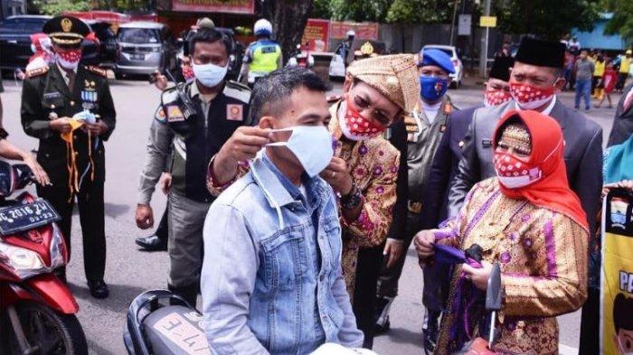 HUT ke-75 RI, Pemkot Palembang Bagikan Masker Gratis di Simpang Lima DPRD Sumsel