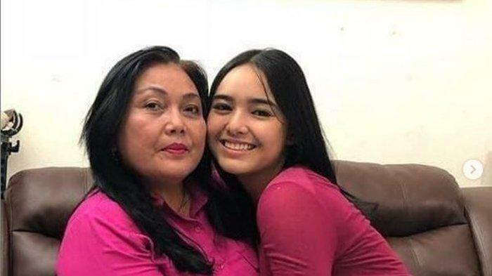Tangis Amanda Manopo Pecah Saat Pegang Pusara Ibunda yang Dikubur di San Diego Hills