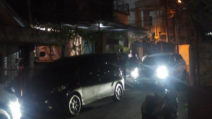 Diantar Tiga Mobil, Heriyanti dan Suami Serta Anak Tiba di Rumah, Polisi Beri Pesan Ini
