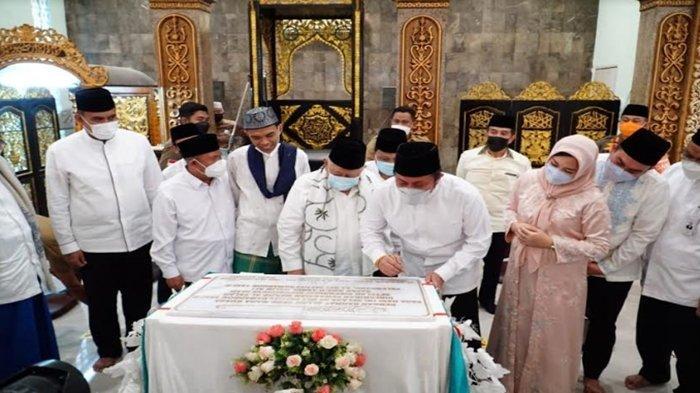 Herman Deru dan UAS Tanda Tangani Prasasti Peresmian Renovasi Masjid Al Falah, BSB Hibahkan Lahan