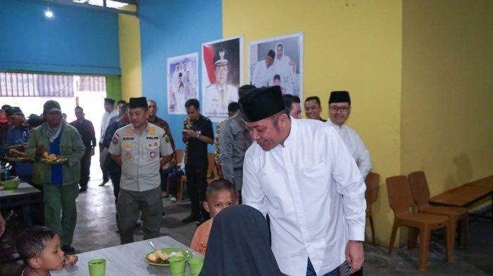 Gubernur Herman Deru Makan Bersama Fakir Miskin di Rumah Duafa